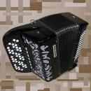 Mygtukinis 39 natų (66 mygtukų), išdėstytų B sistema, ir 96 bosų akordeonas